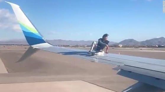 """Dieser verwirrte """"Wingman"""" hatte den Sicherheitszaun überwunden und kletterte auf eine Boeing."""