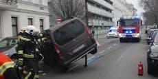 Mini-Van crasht in Autos und bleibt seitlich liegen