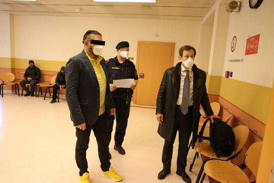 Der falsche Polizist kam in zivil, Anwalt Rudolf Mayer (r.)