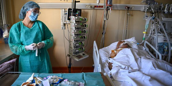Ein Patient wird auf einer Intensivstation behandelt.