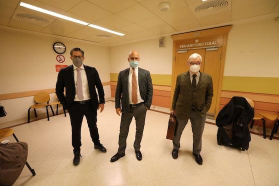Anwälte von Opfer (l.) und der Angeklagten