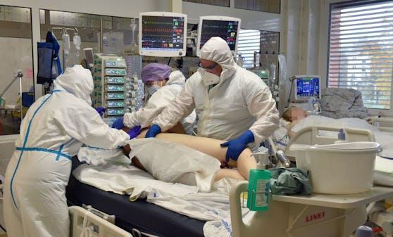Corona-Patienten werden im Krankenhaus nur mit spezieller Schutzausrüstung betreut.