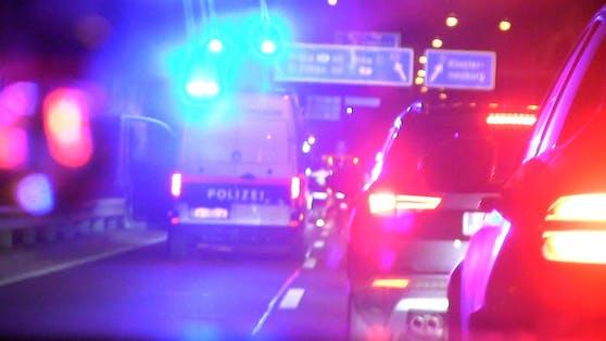 Feuerwehr und Polizei standen im Einsatz, ein Fahrstreifen war gesperrt.