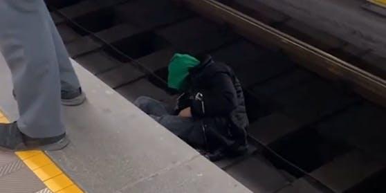 Dieser Mann stürzte in das Gleisbett