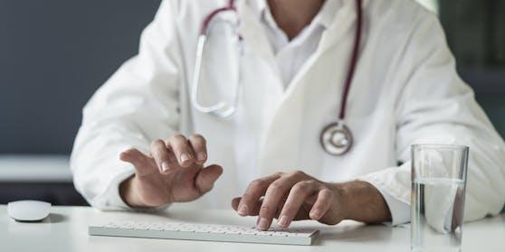 Der Arzt soll 900 falsche Atteste ausgestellt haben.