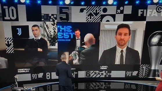 Cristiano Ronaldo schmollt, während Robert Lewandowski ausgezeichnet wird.