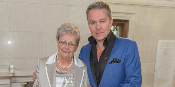 Alfons Haider mit seiner Mutter Anna Haider.