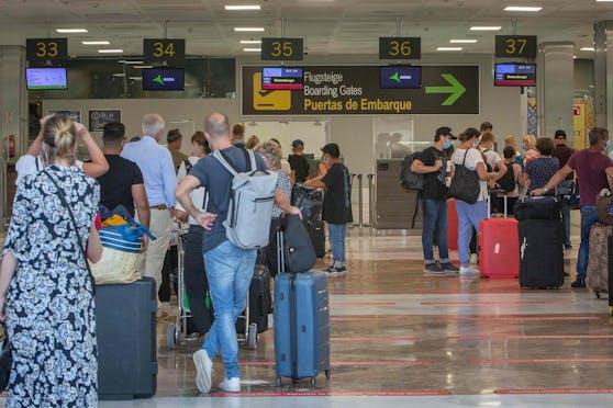 Touristen stehen am Flughafen von Teneriffa Schlange: Die Insel macht jetzt dicht.