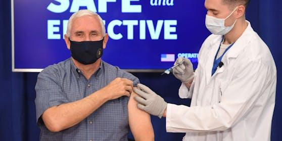 Der amtierende US-Vizepräsident Mike Pence hat sich gemeinsam mit seiner Frau Karen vor laufenden Kameras gegen das Coronavirus impfen lassen.