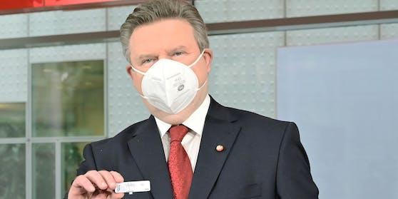 Bürgermeister Michael Ludwig mit einem negativen Test in der Messe Wien