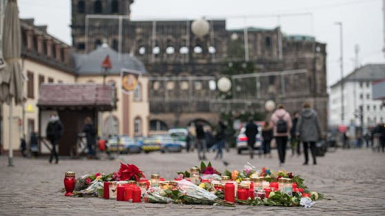 Bei einem bewegenden Gedenken am Trierer Wahrzeichen Porta Nigra haben Hunderte Menschen in Deutschland der Opfer der Todesfahrt vom Dienstag gedacht.