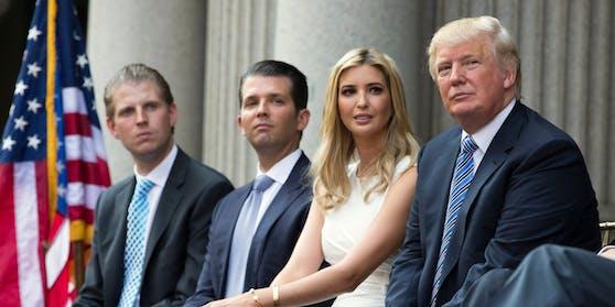 """Der Präsident spricht über die jüngsten Ermittlungen der US-Justiz von """"Fake News"""": Eric Trump, Donald Trump Jr, Ivanka Trump und Donald Trump."""