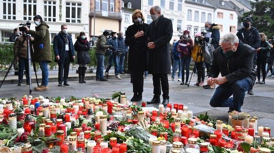 Zahlreiche Kerzen und Blumen an dem früheren römischen Stadttor erinnerten am Mittwoch an die 5 Toten und 14 Verletzten.