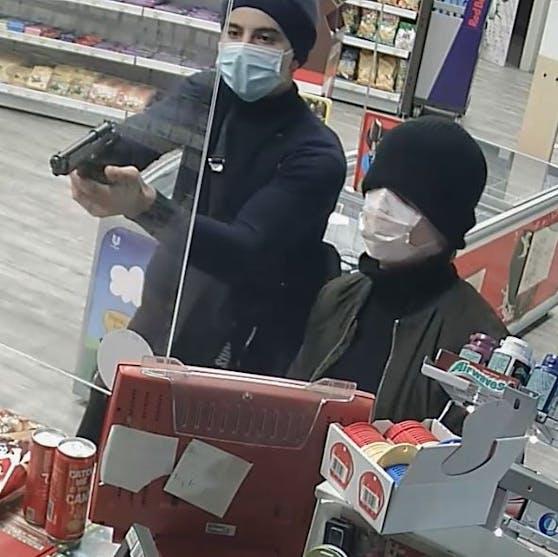 Die Polizei sucht diese beiden Männer.