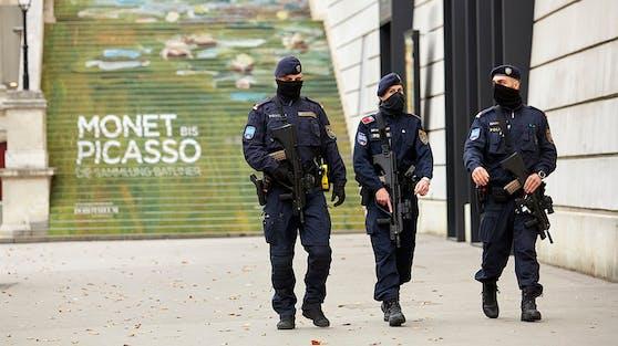 Schwer bewaffnete Polizisten vor der Albertina in Wien
