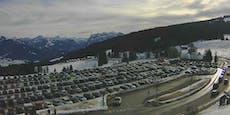 Überfüllte Parkplätze in Skigebieten in Österreich