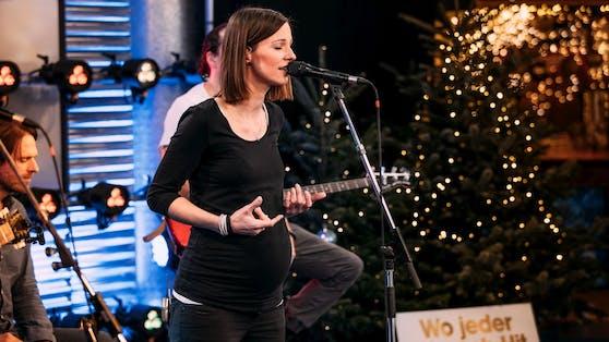 """Bei ihrem Ö3-Auftritt präsentiert Sängerin Christina Stümer stolz ihren Babybauch und denkt über eine Rückkehr zu """"Starmania"""" nach."""