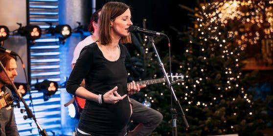 Sängerin Christina Stümer präsentierte stolz ihren Babybauch.