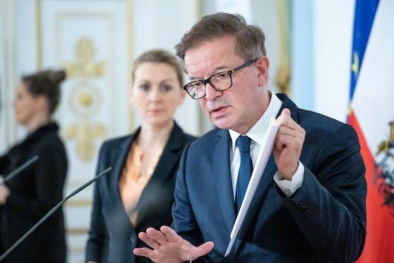 Gesundheitsminister Rudolf Anschober (Grüne) bei einer gemeinsamen Pressekonferenz mit Arbeitsministerin Christine Aschbacher (ÖVP)