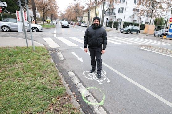 Lebensretter Mohsan J. (36) am Unfallort. Hier, am Schutzweg bei der Kreuzung Hasenauerstraße und Cottagegasse, wurde Samstagabend eine Frau von einem Auto angefahren und schwer verletzt. Der Lenker flüchtete.