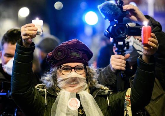 Diese Dame bei einer Querdenker-Verschwörungsdemo trägt einen durchsichtigen Mund-Nasen-Schutz.
