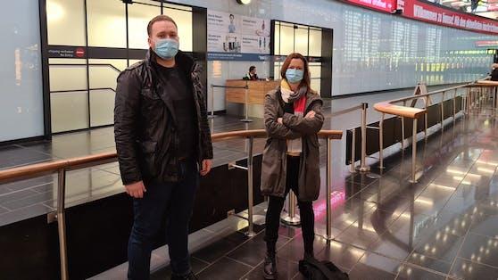 """Das """"Heute""""-Team berichtete vor Ort in Wien-Schwechat von der Ankunft der letzten UK-Passagiere."""