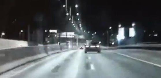 Der Autofahrer war viel zu schnell unterwegs.