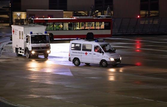 """Wie die """"Bild"""" berichtet, sollen der betroffene Fluggast und seine Begleitpersonen noch in der Nacht von Sonntag auf Montag in einem Quarantäne-Transport zu ihrem Zielort gebracht worden sein."""