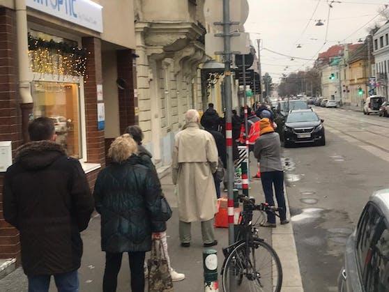Warteschlange auf der Hietzinger Hauptstraße in Wien