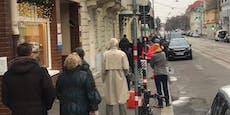 Wiener stehen in riesiger Warteschlange vor Postamt