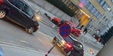 Audi-Crash in Meidling: Lenker kracht in Alu-Absperrung