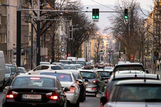 Blick auf die stark befahre Favoritenstraße in Richtung Stadtzentrum. Archivbild