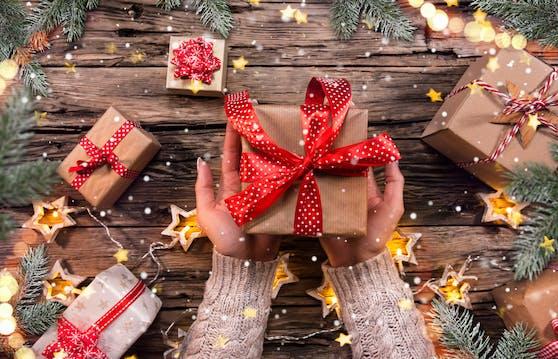 Beim Geschenke auspacken müssen wir uns laut Experten keine Sorgen über das Virus machen.