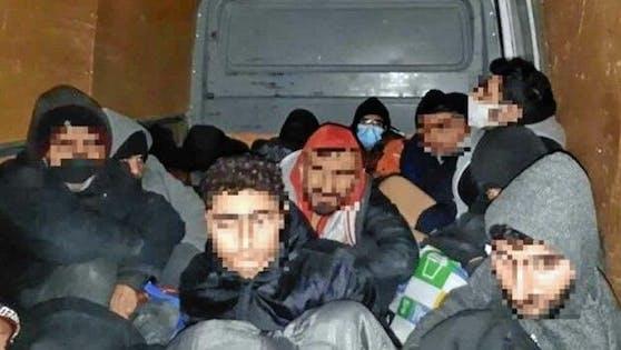 16 Flüchtlinge befanden sich im Laderaum des Kleinbusses.