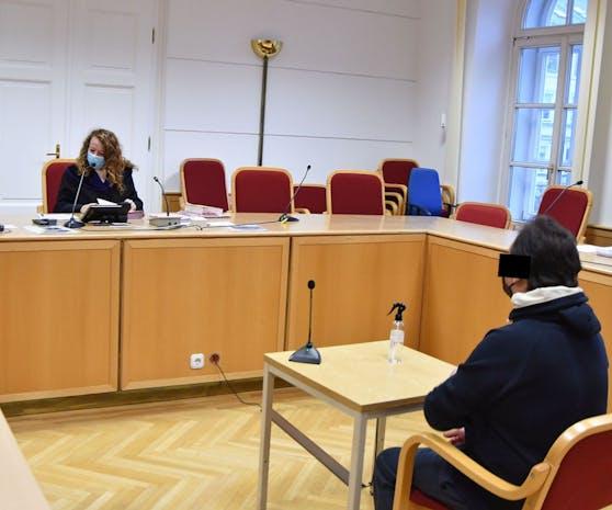 Der Beschuldigte im Saal 132 im Linzer Landesgericht