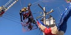 Weihnachtsmann fliegt in Stromleitung und bleibt hängen