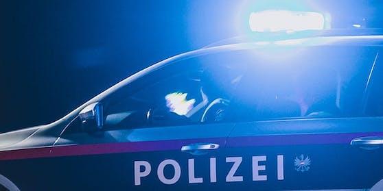 Ein Einsatzfahrzeug der Polizei mit eingeschaltetem Blaulicht. Symbolbild.