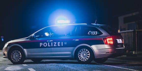 Das Einsatzfahrzeug sicherte die Unfallstelle mit eingeschaltetem Blaulicht ab. Symbolbild.