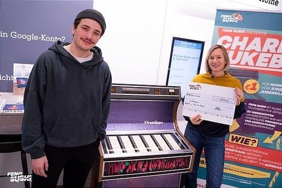 Feng Sushi Charity Jukebox: 4.000 Euro-Scheck an Superar überreicht.