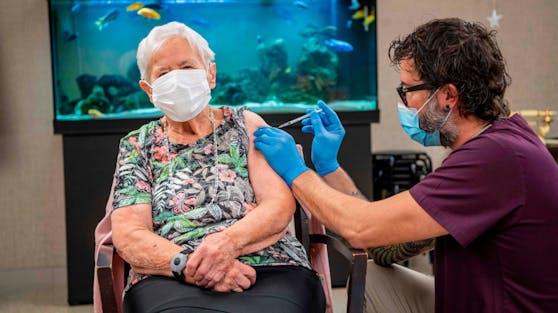 Eine 90-Jährige aus Luzern hat als erste die Impfung gegen das Coronavirus erhalten.