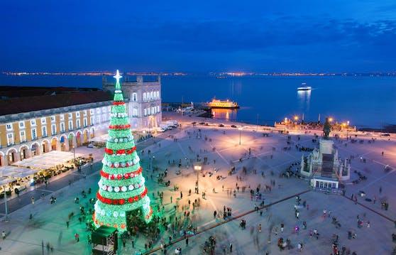 In der portugiesischen Hauptstadt Lissabon erstrahlt die Promenade in weihnachtlichem Glanz.