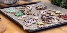 Tochter (24) backt Weihnachtskekse mit Haschisch