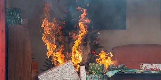 Ein brennender Christbaum in einer Wohnung