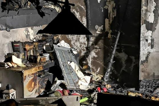 In einer Wohnung löste ein Christbaum einen Brand aus.