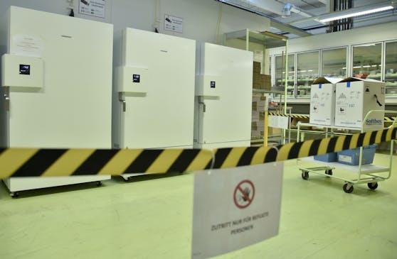Eine Absperrung vor den Kühlschränken bei der Vertriebsniederlassung der Herba Chemosan Apotheker AG.