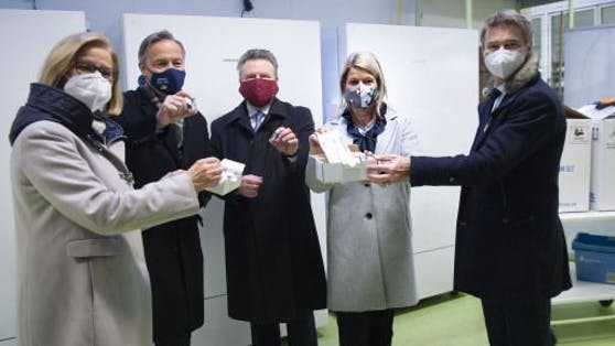 Von links: LH NÖ Johanna Mikl-Leiner, Vertreter der Firma, BM von Wien Michael Ludwig, Verteidigungsministerin Klaudia Tanner und Vertreter der Firma