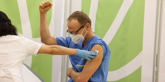Primar Christoph Wenisch jubelt bei seiner Impfung.