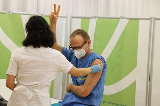 Primar Wenisch ging mit gutem Beispiel voran und ließ sich am Sonntag gegen Corona impfen.