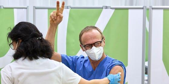 Christoph Wenisch, der Leiter der Infektionsabteilung hat als Erster seine erste Impfung erhalten und streckt die Finger aus zum Victory-Zeichen nach erfolgter Impfung