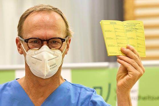 Christoph Wenisch, der Leiter der Infektionsabteilung, hat als erster seine erste Impfung erhalten. Nach der Impfung zeigt er seinen aktualisierten Impfpass.